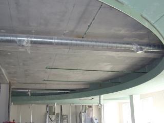 сложный потолок на этапе монтажа