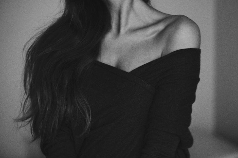 Черно белое фото тела девушки