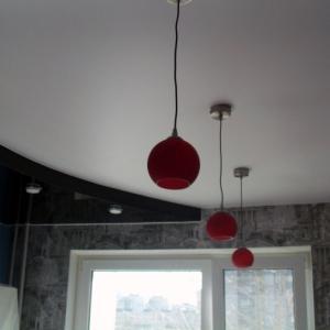 Натяжной потолок на кухне.
