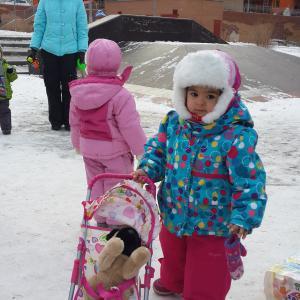 На дочке костюм зимний, шапка и обувь из данного магазина и игрушки, купленные сегодня.