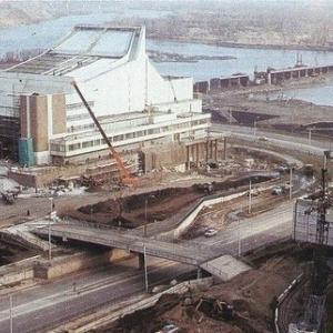 Прямо - БКЗ, за ним строительство вантового моста на Татышева, слева - музей Ленина (80-е годы)