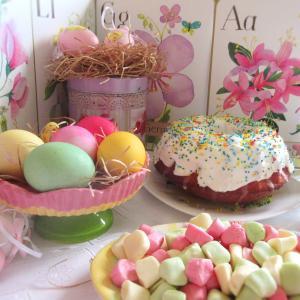 Подставка под яйца, конфеты и маленькие декоративные яйца:) так нежно и по-весеннему.