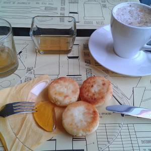 """""""Домашний"""" завтрак с сырниками и медом."""