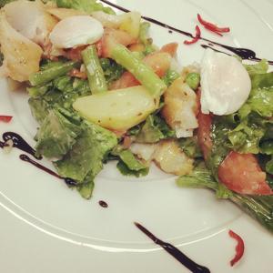 На фото салат с судаком