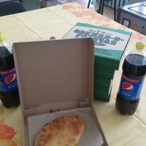 Закрытая, остренькая пицца. Вкусно!