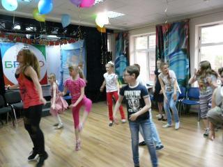 Зажигательные танцы с преподавателем в день рождения Алисы. 16 мая 2015 г.
