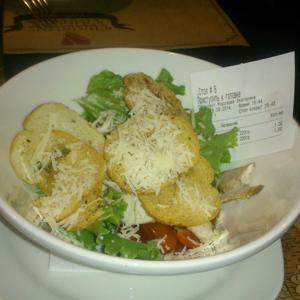 Извольте отведать - салат Цезарь с курицей и чеком.