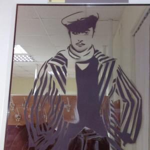 На стёклах гардероба нарисованы Миронов, Никулин и Чарли-Чаплин.