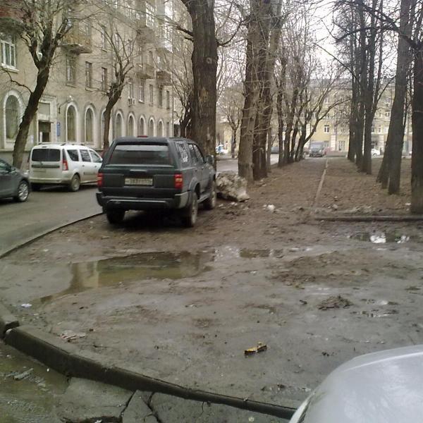 Снег лежит, грязь непролазная, листья с осени не убраны! А УК отчитывается, что все убрано!