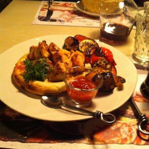 шашлык из индейки, на лаваше, с овощами гриль. очень вкусно)