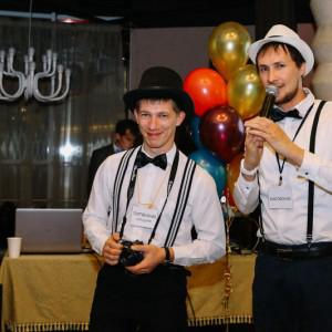 Справа - обаятельный ведущий Микрофончик,слева - ответственный за торговлю акциями Портфельчик.