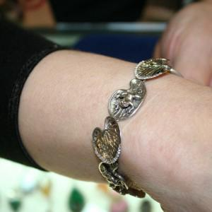 Браслет - лягушки на листьях, серебро, если не отшибло память, вроде 8800.