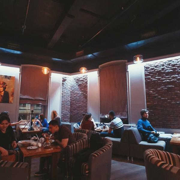 Второй, кальянный, зал кофейни на Ленина.