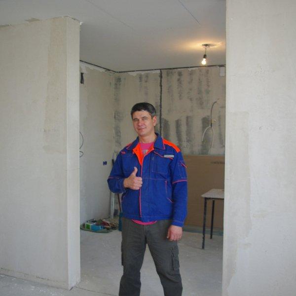 Гуляев Николай - электрик 5 разряда, IV группа допуска, стаж работы по специальности 20 лет.