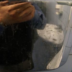 Волшебная грязно-пятнистая сушилка для рук в мужском туалете.
