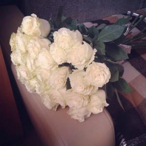 Розы свежие, стояли долго, супруге понравились.