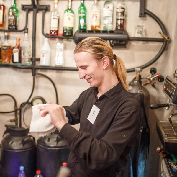 Сотрудник заведения за барной стойкой