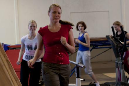 Любая тренировка начинается с разминки. Три круга по спортзалу (почти как в школе), растяжка, махи — и вперёд!