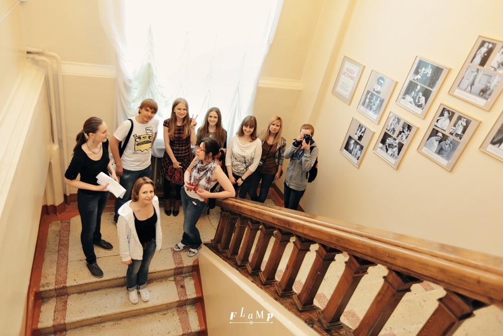 Фотография на лестнице на фоне портретов актёров — без этого никуда.