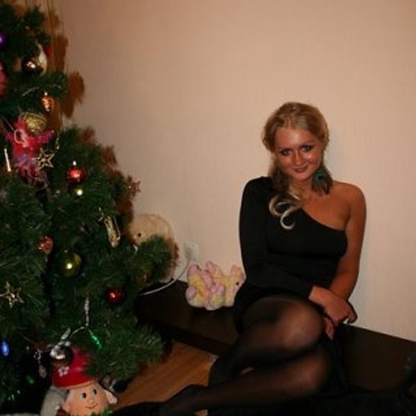 Фотография, между прочим, 2010г., а платье живо и вполне презентабельно по сей день.