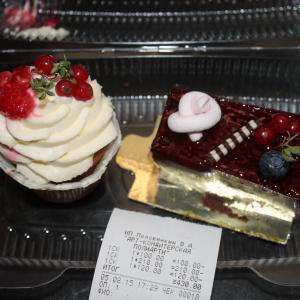 Малина помялась на кап-кейке, но в общем и целом, внешний вид впечатляет)