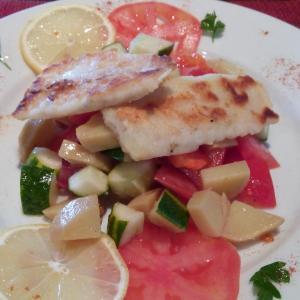 Вкусненький салатик ,я бы сказала женский так как лёгкий из овощей и рыбки судака.Очень вкусный.