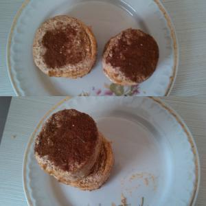 """Сладкое желание. Пирожные """"Утеха"""" рядом и одна на одной. Вторая гораздо меньше первой."""