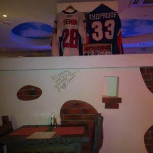 русская печь. Футболки хоккеистов и автограф, забавно выглядит.