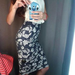 Пара базовых однотонных платьев и трикотажная юбка-обтяжка добавлены в гардероб.