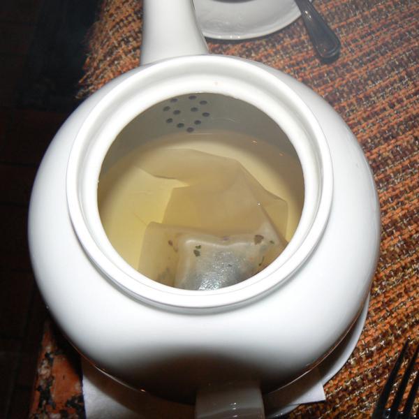 Принесли пол-литровый чайник.. в нем чая на 2 чашки.