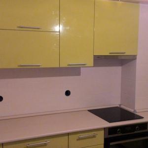 У нас угловая кухня, и очень сложно показать всю кухню на одном фото. Поэтому что-то среднее