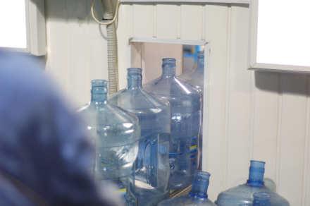 Подготовленные бутыли уезжают в мойку