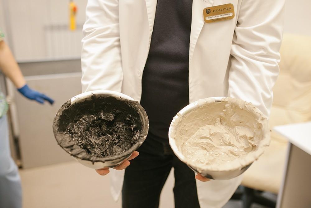 Слева — краснозёрская грязь, справа — голубая глина из Оренбурга