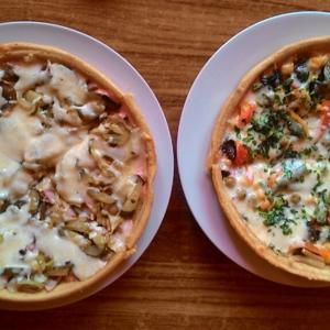 слева направо: с ветчиной, сыром, огурчиками и грибами; вегетарианская.