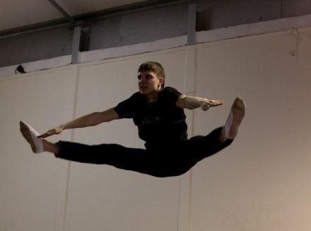 Наш тренер Антон — действующий спортсмен, гимнаст — показал нам кусочек своей юношеской программы и небольшой мастер-класс для начинающих.