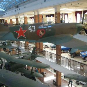 Экспонаты крытого музея военной техники