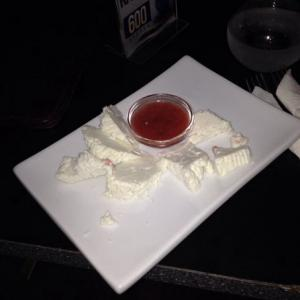 сырная тарелка, причем мы сьели от туда 2 кусочка, и потом ее забрали