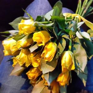 Такой букет из 15 роз стоит до 600 руб.
