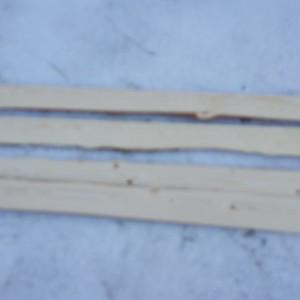 Вот образчики так называемой обшивочной доски.  С обратной стороны - горбыль.